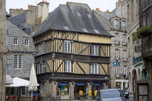 Combourg maisons de la vieille ville for Piscine de combourg